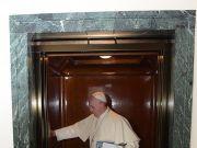 罗马教皇被困电梯25分钟:感谢天主,消防员赶来了