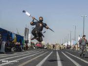 """伊朗阅兵式上出现""""忍者""""编队 现场表演耍东方大刀"""