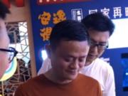 马云宣布退休后路上大口吃肉夹馍 潇洒又接地气