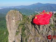 超燃!爱国爱港人士今晨登狮子山顶 挂上一面巨大的五星红旗