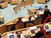 尴尬:荷兰首相发言时身后俩部长被拍到偷看球赛