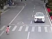 小女孩对礼让小车鞠躬,司机:回家过年的感动