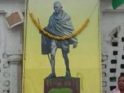 """印度国父甘地骨灰被盗 照片上被写""""叛徒"""""""