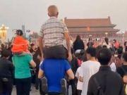 男子扛父亲看升旗:小时候你是我登天的梯,长大后我是你站直的拐