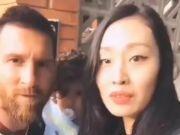 梅西街头意外遭女球迷强吻 网友:这算性骚扰吧?