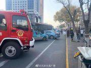 天津公交车失控冲向逆向道连撞多车 3人轻伤送医
