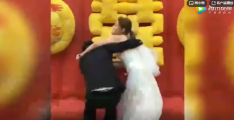 网曝一婚礼现场新郎新娘大打出手 主持人拉都拉不开