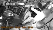 """男子公交车上突然""""发狂""""殴打司机"""