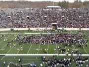 美国爆发抗议活动 大学生冲击球赛现场被驱散逮捕