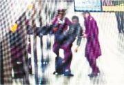 地铁小哥抱晕倒男乘客 最终乘客转危为安