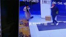 嘭!杭州一女孩赶着上班 一头撞碎整扇钢化玻璃门