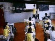 太嚣张了!男生课堂当众殴打女老师