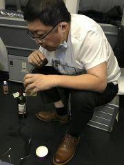 老人飞机上无法排尿膀胱或破裂 医生用嘴吸尿救人