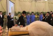 大连小伙在殡仪馆为患癌逝去的妻子举办婚礼,又举办葬礼