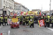 """法国全国大罢工80万人上街 黑衣人""""点燃""""巴黎"""
