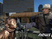 韩国前总统跪像被竖在广场 大叔大妈用脚踹