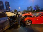 成都街头上演德意座驾撞车大战 大众车撞烂法拉利