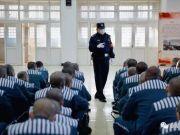跨越千里的列车押运:民警和服刑人员的眼神对视,都充满较量
