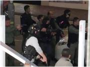 """香港男子闯入运钞车被反锁车内 警员""""瓮中捉鳖"""""""