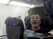 醉酒男子硬闯飞机驾驶舱,找机长谈话未果遭五花大绑