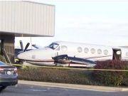 胆子真大!17岁女孩翻过铁丝网私开一架飞机撞上建筑物