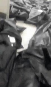 十万装尸袋!实拍纽约医院里,满地都是遗体!