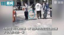 武汉解封第一天,黄鼠狼饥饿难耐街头向路人乞食要饭