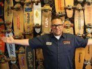 男子戒烟后沉迷滑板,至今收集了5000多块滑板,花费了60多万元