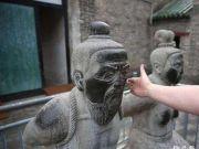 杀岳飞的是赵构,为什么岳飞墓前只跪着秦桧,而没有赵构跪像呢?