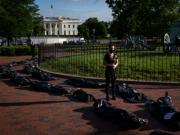 触目惊心!白宫外现大量尸袋 抗议者问责政府