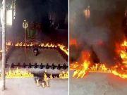 印度牧师将身体埋在土里周围点上火 称对抗新冠病毒