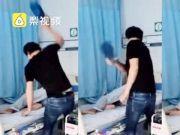 现场:男子医养院内用拖鞋打生病父亲