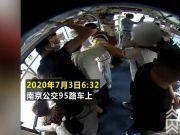 女高中生霸气制服公交咸猪手,男子几次试图下车 都被女学生摁在座位上