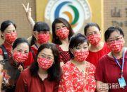 疫情防控下的助考:考点外家长戴高考必胜红色口罩