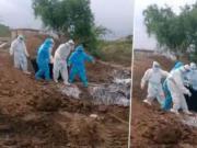 印度群葬新冠逝者画面曝光:遗体裹塑料扔坑里