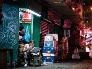 走进疫情大暴发下的香港劏房,看到底层市民痛心一幕
