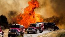 美国加州燃起大火现场浓烟滚滚 7800人紧急撤离