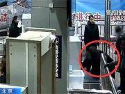 图省事!男子直接钻进安检机,连人带包过安检