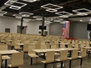 中国老板在美国工厂开千人大食堂 美员工连连比心