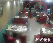 吃饭时打架,男子端起滚烫的火锅泼到对方头上