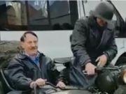 男子装扮成希特勒在德国街头兜风