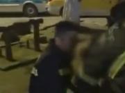 男子凌晨偶遇5年前救出3位亲人的消防员 下跪感恩