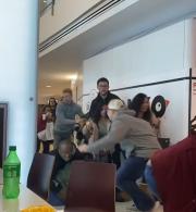 商场突发枪击案:群众疯狂逃跑 现场一片混乱