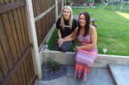 女子疑惑自家花园种不出花,直到警察从中挖出两具受害者尸体