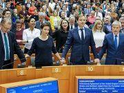 欧洲议会批准英国脱欧协议,议员手牵手唱《友谊地久天长》