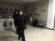 男子未佩戴口罩串门,不听民警劝止并袭警,拘!