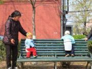 """""""新型啃老""""模式令人无奈,60岁老人含泪控诉:一家三口都在啃老"""