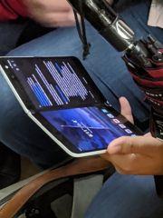 微软Surface Duo户外曝光:有前置摄像头和闪光灯