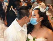 数百新娘新郎戴口罩集体结婚,隔口罩接吻