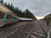 澳大利亚一载160名乘客火车脱轨 2人死亡多人受伤